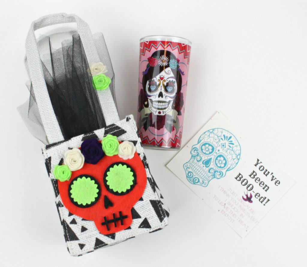 Create sugar skull bags to delight and surprise your friends with this Halloween!